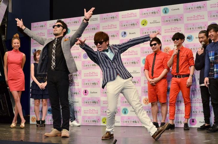 「日本女子博覧会 JAPAN GIRLS EXPO 2015 春」の概要発表記者会見にて、8.6秒バズーカーの「ラッスンゴレライ」ネタを完コピするオリエンタルラジオ(手前)。