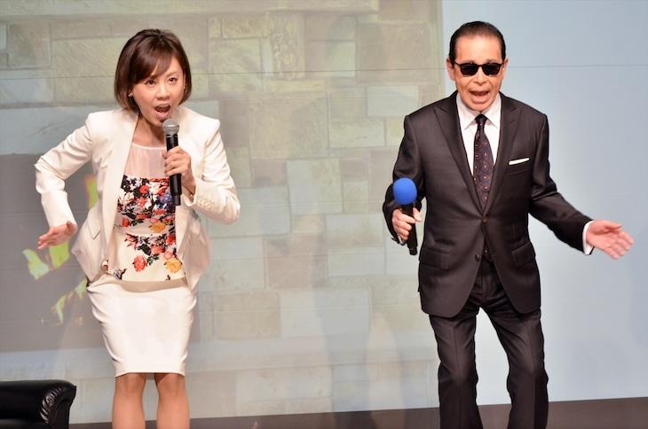 サントリーコーヒー「ボス」の新キャンペーンと新CMの発表イベントで、「コンドルの着地」を披露するタモリ(右)と、高橋真麻。