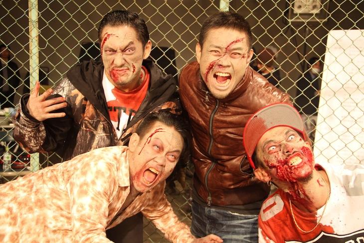 PV撮影中の様子。手前左から宮川大輔、窪塚洋介。奥左から般若、品川ヒロシ監督。