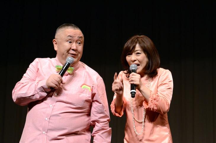 中尾彬のモノマネで松本明子と会話する松村邦洋(左)。
