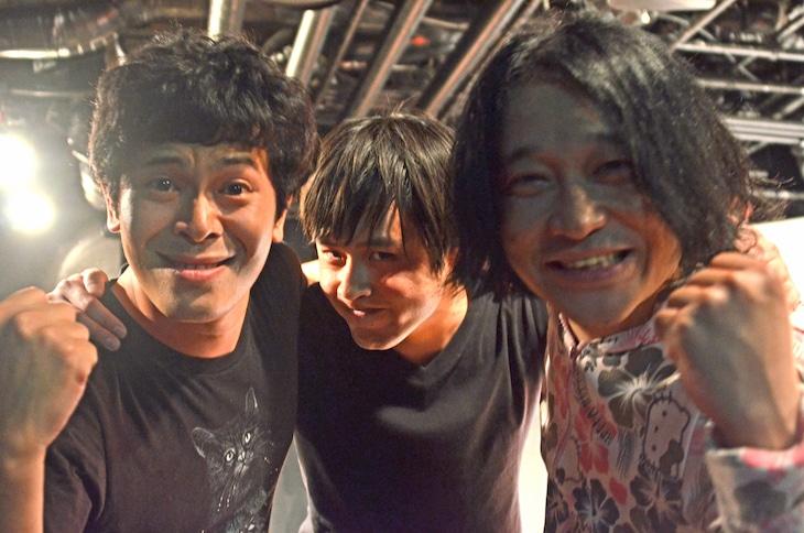 「ノーセンスユニークボケ王決定戦」ライブ中、カメラに迫る流れ星ちゅうえい、オジンオズボーン篠宮、永野(左から)。