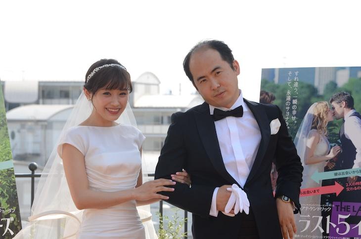 「ラスト5イヤーズ」のPRイベントにて、左から高橋愛、トレンディエンジェルの斎藤司。