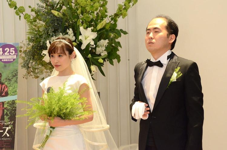 バージンロードを歩いてきた高橋愛を迎えた斎藤(右)。