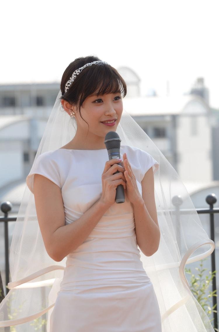 純白のドレスに身を包んだ高橋愛。