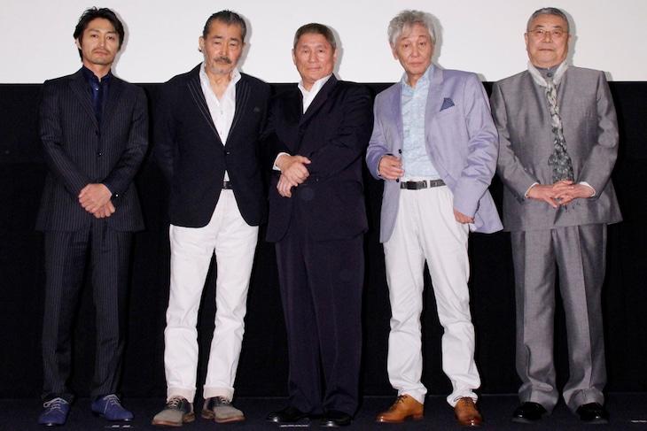 映画「龍三と七人の子分たち」の初日舞台挨拶に登壇した(左から)安田顕、藤竜也、北野武監督、近藤正臣、中尾彬。