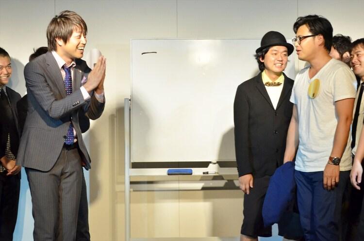 メンバーカラーが銀に決まった三拍子・高倉(左)と、「銀は(相方の)酒井がよかった!」と嘆くアルコ&ピース平子(右)。