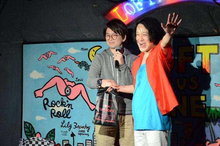ライブのエンディングに乱入したパーティ内山(左)。