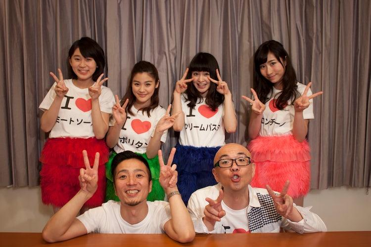 「スパゲッTV」(フジテレビTWO)に出演するHi-Hi(前列2人)とLa PomPonのメンバー(後列4人)。(c)フジテレビ