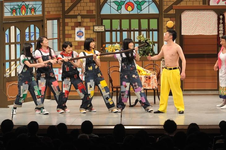 """吉本新喜劇で""""乳首ドリル""""のギャグに挑戦するももいろクローバーZ(左から5人)。(c)関西テレビ"""