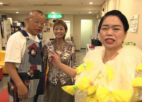 なんばグランド花月で今いくよ・くるよと挨拶を交わす笑福亭鶴瓶(左)。(c)関西テレビ
