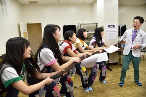 吉本新喜劇の練習に励むももいろクローバーZ。(c)関西テレビ