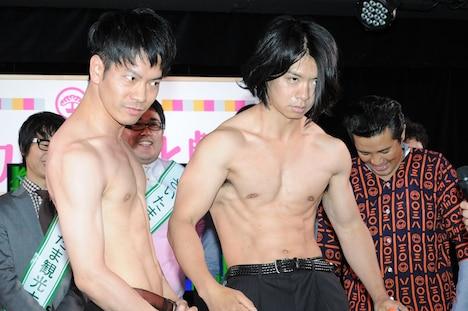 肉体美をアピールするブロードキャスト!!吉村(左)とマヂカルラブリー野田(右)。