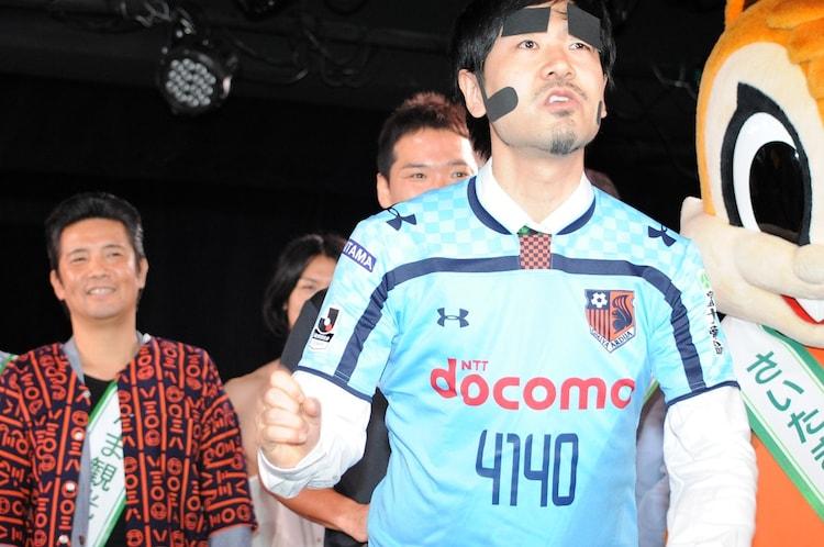 ヨイショマンのためにデザインされたユニフォームを着るGAG少年楽団・福井。