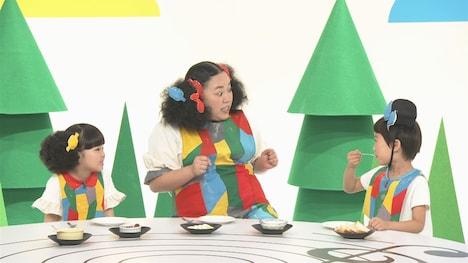 「どれみえーる」に出演するニッチェ江上(中央)。(c)NHK
