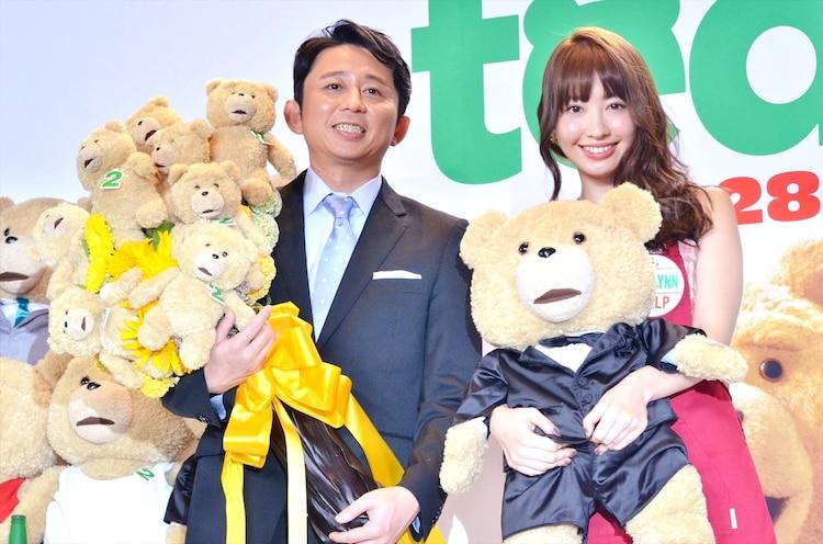 (左から)有吉弘行と小嶋陽菜。