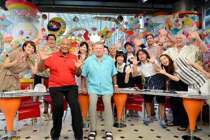 「PON!」レギュラーのビビる大木らと、「Better Late Than Never」の出演者たち。(c)日本テレビ