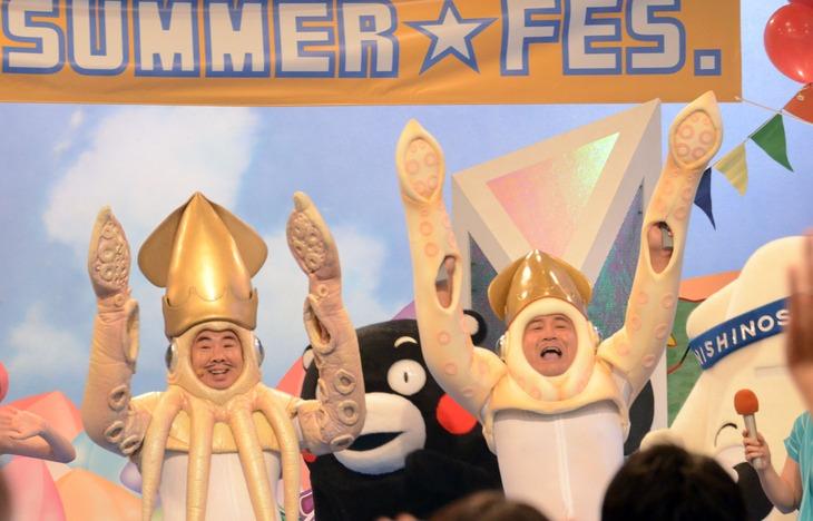 """左から、ドランクドラゴン塚地扮するイカ大王と、アンタッチャブル山崎扮する""""イカ大王第2""""。"""