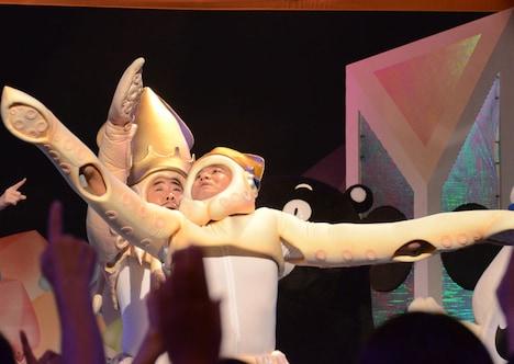 「イカ大王体操第2」を歌い上げるイカ大王を遮るアンタッチャブル山崎。