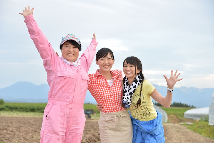 はらぺ娘のメンバーを演じる(左から)フォーリンラブ・バービー、前田亜季、芹那。(c)NHK