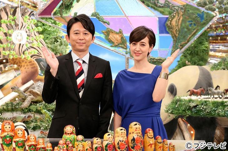 「なるほど!ザ・ワールド2015秋」MCの有吉弘行(左)、進行の滝川クリステル(右)。(c)フジテレビ