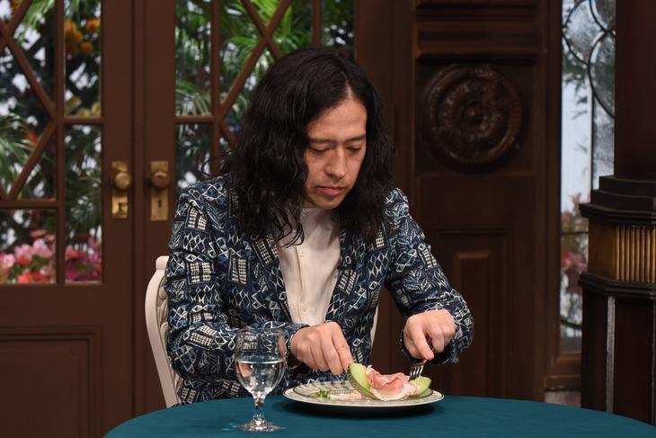 生ハムメロンの美しい食べ方に挑戦するピース又吉。(c)ABC