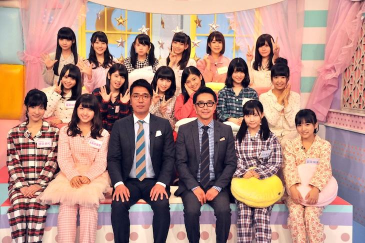 「AKB48の今夜はお泊りッ」MCのおぎやはぎ(前列中央の2人)。