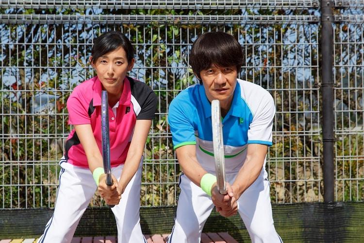 映画「金メダル男」に出演する内村光良(右)と木村多江(左)。(c)「金メダル男」製作委員会