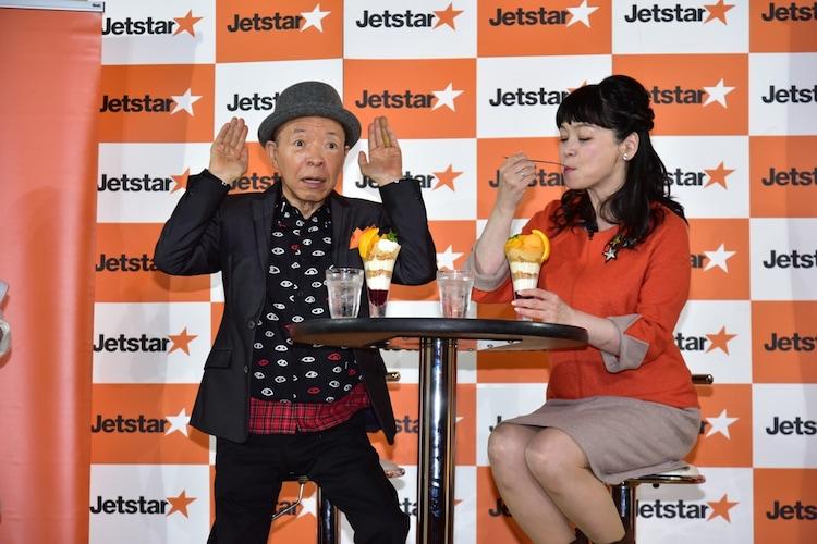 「LCCパフェ」を試食する(左から)坂田利夫、未知やすえ。