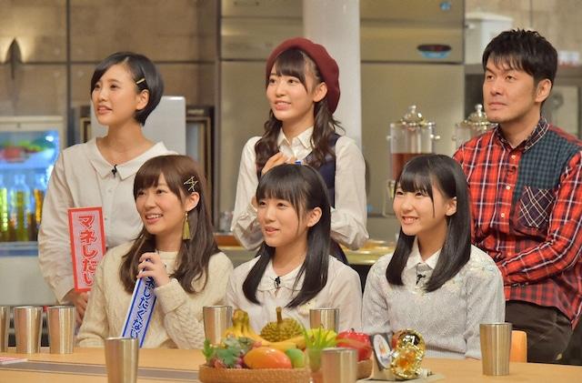 土田晃之(後列右)とHKT48。(c)TBS