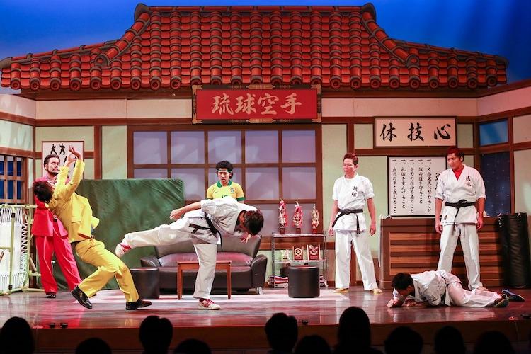 「第2回おきなわ新喜劇ツアー in 台湾『空手フリムン一代!』」のワンシーン。