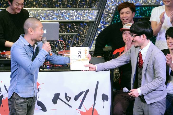賞金1万円を受け取るDOTAMA(右)。