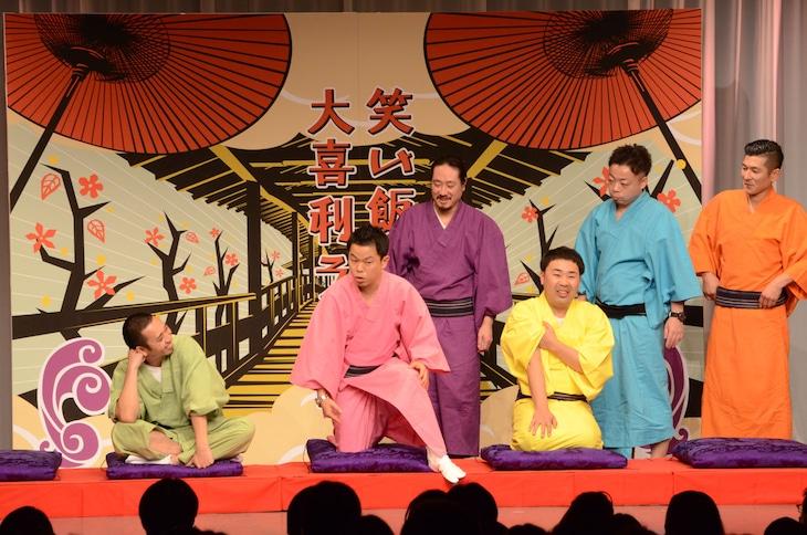 あいうえお作文のオチを務めるよう促されるダイアン津田(左から2人目)。