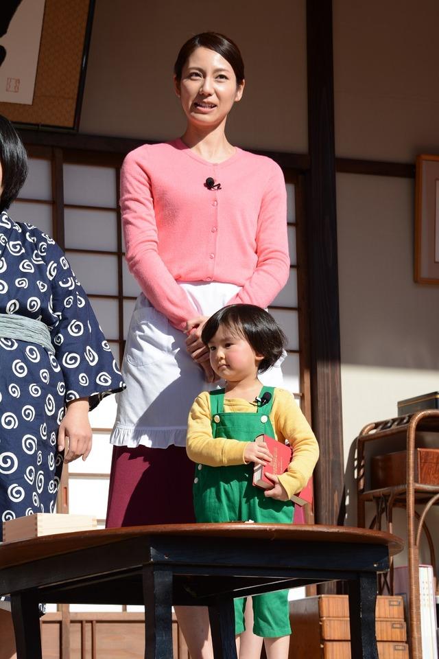 バカボンのママ役を演じる松下奈緒と、ハジメちゃん役を演じる子役の早坂ひらら。