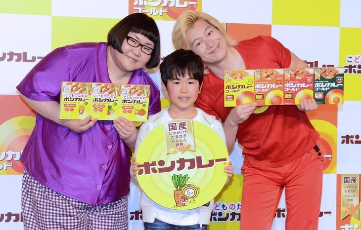 左からメイプル超合金・安藤、鈴木福、メイプル超合金カズレーザー。