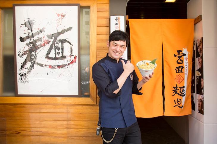 帰ってきた宮田麺児をオープンさせるシャンプーハットてつじ。