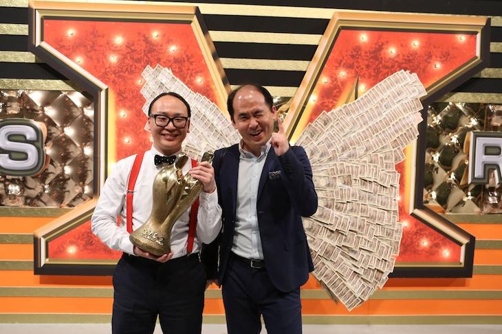 賞金1000万円を受け取ったトレンディエンジェル。