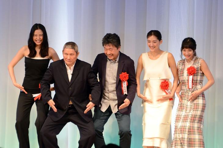 東京スポーツ映画大賞授賞式の様子。左から長澤まさみ、ビートたけし、是枝裕和、綾瀬はるか、広瀬すず。