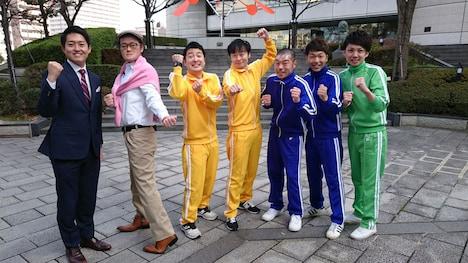 左から平松翔馬(読売テレビアナウンサー)、稲P、和牛、アキナ、アインシュタイン河井。(c)読売テレビ