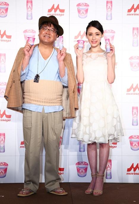 森永乳業 「アロエステ」シリーズの新CM発表会に登場した(左から)カンニング竹山、栗山千明。