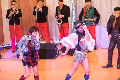 ゲスト出演者の戸次重幸(左)と東京03飯塚。(c)「ウレロ☆無限大少女」製作委