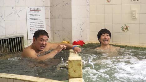 「土曜ドラマ24『昼のセント酒』」第3話に出演する永田裕志(左)。(c)テレビ東京
