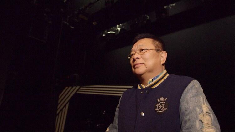 「THE MANZAI 5」の舞台となった博品館劇場に36年ぶりに訪れた島田洋七。(c)NHK