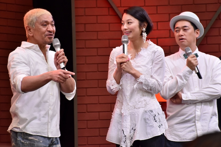 DVD「クレイジージャーニーVol.2」の発売直前イベントに登場した、番組MCの(左から)松本人志、小池栄子、バナナマン設楽。