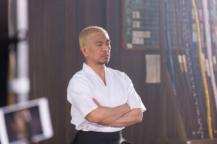 タウンワークの新CM「弓道部顧問」編の撮影に臨む松本人志。