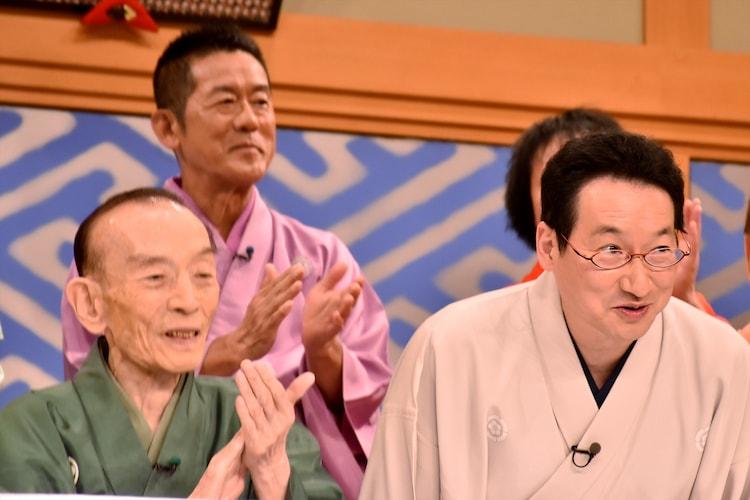 記者会見で新司会就任を受けて頭を下げる春風亭昇太(手前右)。