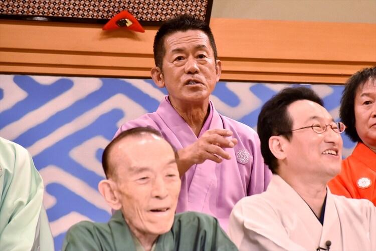 """""""敗戦の弁""""を語る三遊亭円楽(後列中央)。"""