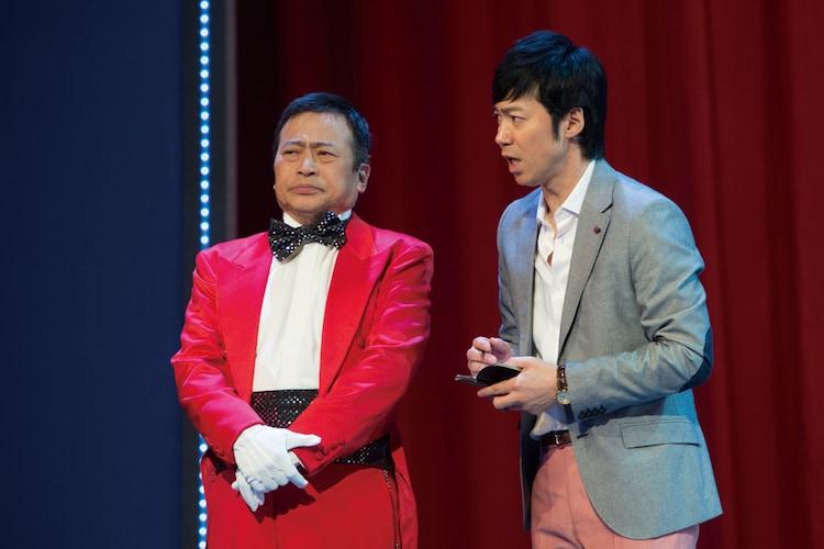 「プリティウーマンの勝手にボディーガード」に出演した(左から)ラサール石井、東貴博。(c)2015 松竹 / アミューズ
