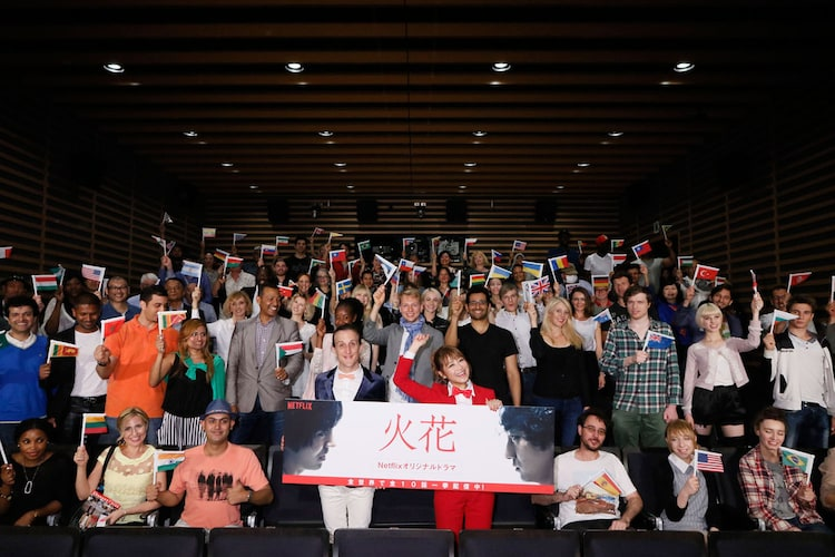ドラマ「火花」を鑑賞した外国人たちと、チャド(前列左から4人目)。