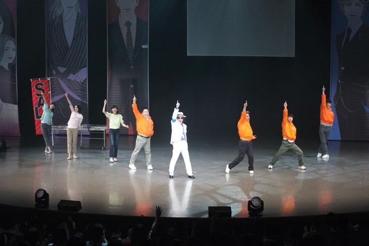 「『LIFE! ~人生に捧げるコント~』SUMMER FESTA 2016」のオープニング「スーパースター」でダンスを披露する「LIFE!」メンバー。