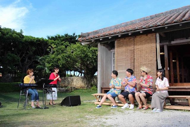 Kiroroの歌に聴き入るバナナマンら。(c)NHK